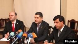 Վարչապետ Տիգրան Սարգսյանը Արտակարգ իրավիճակների նախարարության աշխատակազմին է ներկայացնում նորանշանակ նախարար Արմեն Երիցյանին (աջից): 16-ը մարտի, 2010 թ.