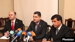 Армения - Премьер-министр Армении Тигран Саргсян представляет новоназначенного министра Армена Ерицяна (справа) сотрудникам Министерства по чрезвычайным ситуациям, Ереван, 16 марта 2010 г.