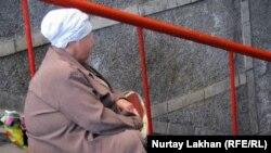 Қайыр сұрап отырған Гүлнар апа. Алматы, 13 қыркүйек 2011 жыл.