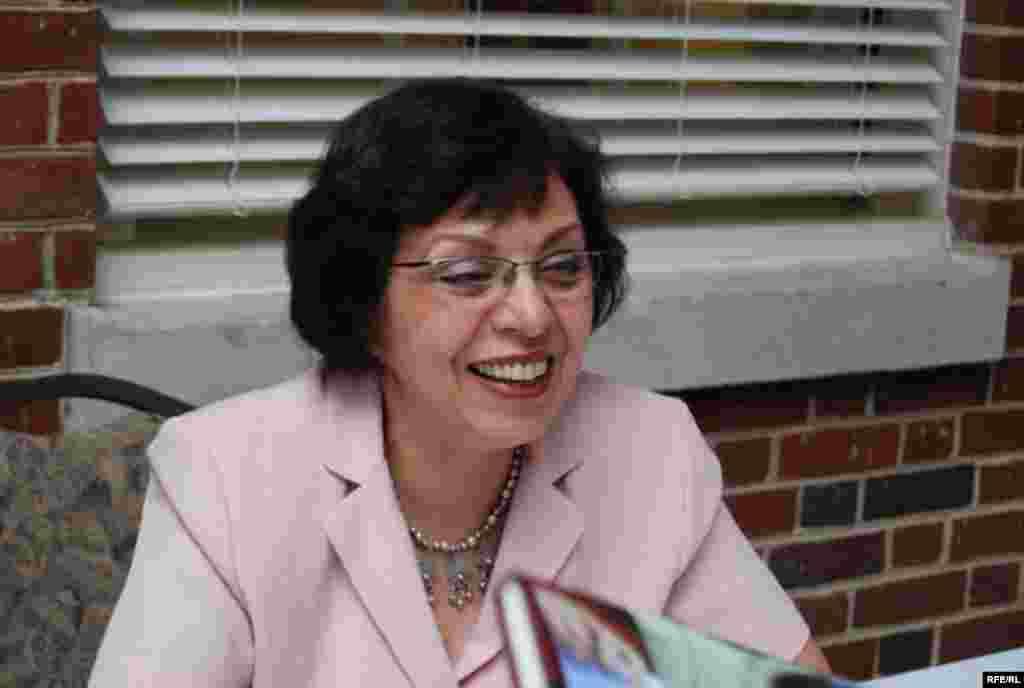 کنفرانس با معرفی کتاب گل یاس و ستاره ها: در تهران بجز لولیتا چه می خوانند؟ اثر فاطمه کشاورز و با سخنرانی نویسنده آغاز شد.