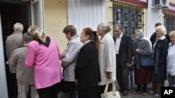 Арзан бағамен ет сататын дүкен алдында кезекте тұрғандар. Минск, Беларусь, 31 тамыз 2011 жыл.