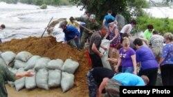 Еврейская АО. Село Ленинское. Жители продолжают укреплять дамбы