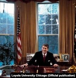 Рональд Рейган в овальном кабинете