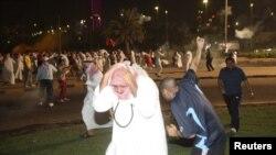 Сайлау туралы заңға енгізілген өзгерістерге қарсы шеруге шыққандарды көзден жас ағызатын газбен қуып таратып жатыр. Кувейт, 21 қазан 2012 жыл