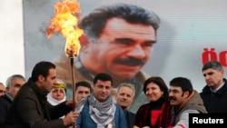Թուրքիա - Սալահետտին Դեմիրթաշը (կենտրոնում) վառում է Նովրուզի կրակը՝ Աբդուլա Օջալանի մեծադիր դիմանկարի ֆոնին, Ստամբուլ, 17-ը մարտի, 2013թ.