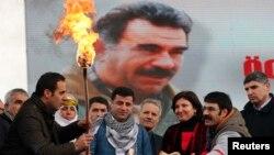 Курдський діяч, депутат парламенту Туреччини Селахаттін Демірташ (попереду в центрі) на тлі фото Абдуллаха Оджалана, 17 березня 2013 року