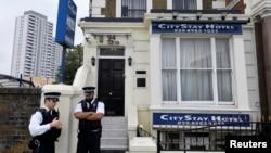 Policija ispred hotela koji su koristili osumnjičeni u Londonu