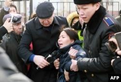 Полиция Инга Иманбайды ұстап жатқан сәт. Алматы, 22 ақпан 2022 жыл.