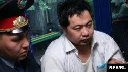 Полицейские задерживают активиста Ермека Нарымбаева. Алматы, май 2010 года.