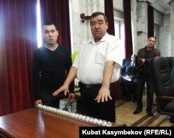БШК мүчөсү Жеңиш Акматов талапкерлер ортосунда чүчү кулак кармоону баштоо алдында, 10-октябрь.