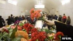 """Цветы на станции """"Лубянка"""" в память о жертвах теракта."""