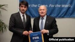 Тәжікстан футбол федерациясының директоры Рустам Эмомали (сол жақта) FIFA президенті Йозеф Блаттермен бірге тұр. Ресей, 23 қаңтар 2012 жыл. (Көрнекі сурет)