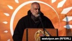 «Ժառանգության» առաջնորդը ելույթ է ունենում Ազատության հրապարակում: 7-ը դեկտեմբերի 2015 թ․