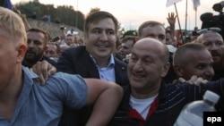 Михаил Саакашвили переходит польско-украинскую границу в сопровождении своих сторонников.