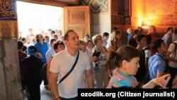 Туристы в исторической части Самарканда.