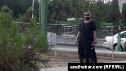 Женщина в маске на улице в Ашгабате. Июль 2020 года.