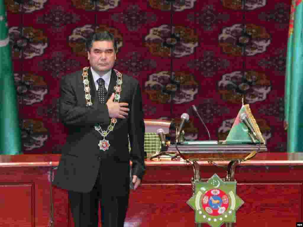 Turkmenistan - The newly elected Turkmenistan President Gurbanguly Berdymukhamedov attends the inauguration ceremony in the capital Ashgabat, 14Feb2007 - 14 лютого 2007, Ашгабад: новообраний президент Туркменістану Ґурбанґулі Бердимухамедов під час інаугурації.