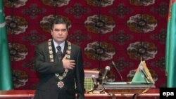 Berdimuhamedow prezidentlige kasam edişlik dabarasynda, 14-nji fewral, 2007-nji ýyl.