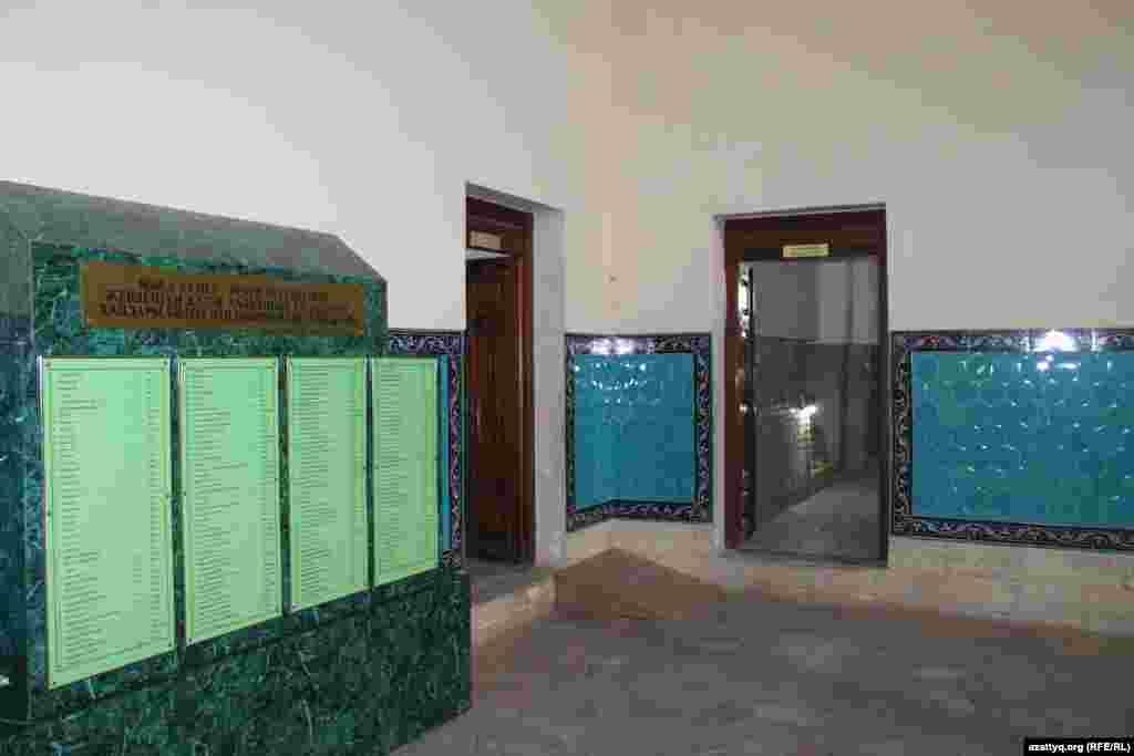 Переход в помещения внутри мавзолея Ходжи Ахмета Яссауи, где погребены казахские ханы, бии и батыры.