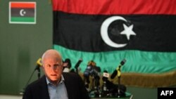 Джон Маккейн на пресс-конференции в Бенгази