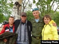 Погибший Николай Курасов с семьей