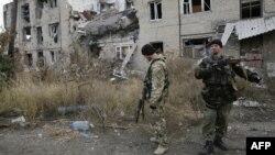 Ushtarët ukrainas afër ndërtesave të shkatërruara në fshatin Pisky afër Donjeckut në pjesën lindore të Ukrainës