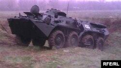 Bahsli hududdagi o'zbek BTRlaridan biri.