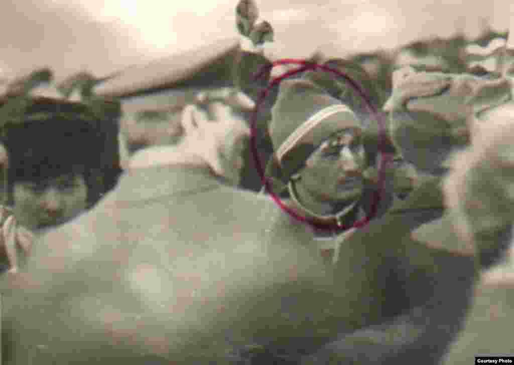 1986-жылы декабрда Алматыда болгон улуттук каршылык окуялары - Лицо участника Декабрьского восстания казахской молодежи на фотографии с места события кем-то отмечено ручкой. Алматы, декабрь 1986 года. Фотокопия из Центрального государственного архива Алматы.
