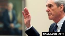 Былы спэцпракурор ЗША Робэрт Мюлер перад даваньнем паказаньняў у двух камітэтах Кангрэсу ЗША аб умяшаньні Расеі ў прэзыдэнцкія выбары ў 2016 годзе. 24 ліпеня 2019 году