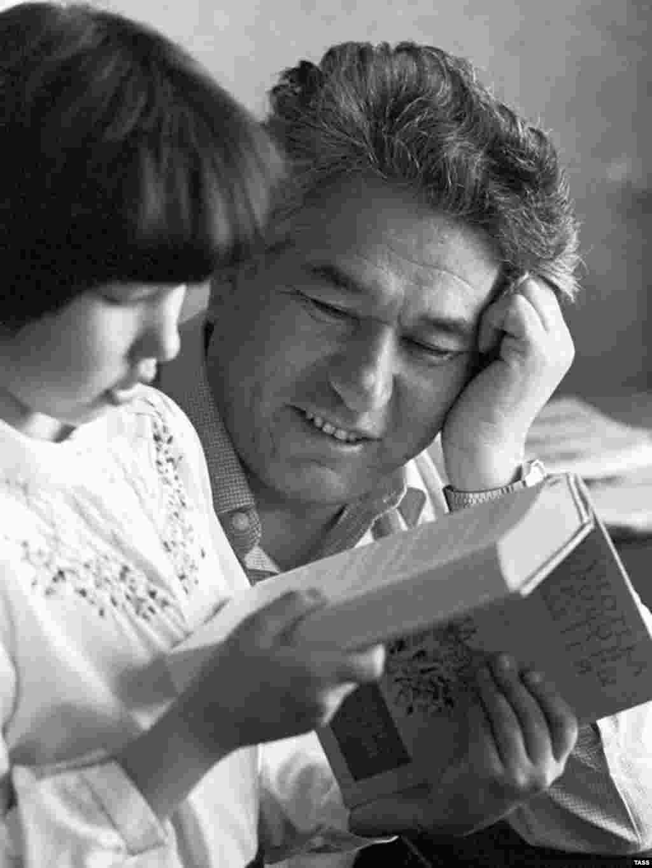 Novelist Chingiz Aitmatov with his daughter Shirin in 1985