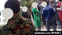 Огромные очереди из желающих снять наличность стала обычной картиной в Туркменистане
