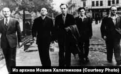 Евгений Лифшиц, Исаак Халатников, Лев Ландау и другие
