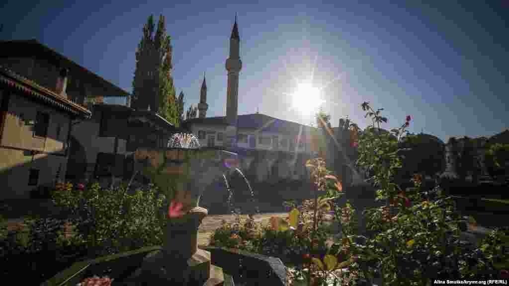 Han Caminiñ manzarası. Bugünge qadar Qırımda eñ büyük camilerden biri sayıla