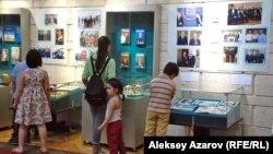 Из примерно полусотни посетителей на церемонии открытия выставки треть — учащиеся школ. Для них была проведена интерактивная игра на тему «Президент Казахстана». Алматы, 3 июля 2015 года.
