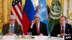 از راست: سرگئی لاوروف، جان کری و اخضر ابراهیمی در نشست پاریس