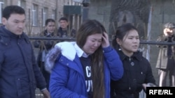 Студенты колледжа моды и дизайна покидают учебное заведение после взрыва. Алматы, 17 ноября 2014 года.