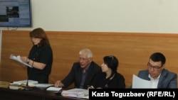 Sagdan: Aklawçy Larisa Dostowalowa, Ratel.kz saýtynyň baş redaktory Marat Asipow, aklawçylar Anel Aubakirowa we Arman Orazbaýew. Almaty, 10-njy maý, 2018.