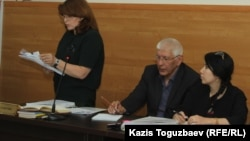 Слева направо: адвокат Лариса Достовалова, главный редактор сайта Ratel.kz Марат Асипов, юрист Анель Аубакирова. Алматы, 10 мая 2018 года.
