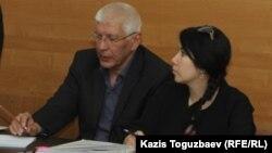 Ratel.kz жаңалықтар сайты бас редакторы Марат Әсіпов (сол жақта) адвокатымен бірге сотқа қатысып отыр. Алматы, 10 мамыр 2018 жыл.