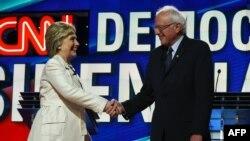 لحظاتی پیش از آغاز مناظره سندرز و کلینتون با هم دست میدهند