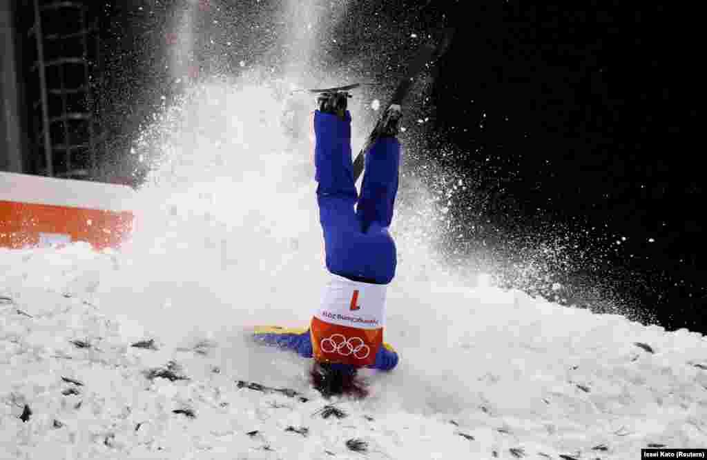 Китаянка Сюй Мэнтао, возглавляющая мировой рейтинг во фристайле, лыжной акробатике, не сумела пройти в решающий финал Олимпиады в Пхёнчхане. 16 февраля 2018 года.