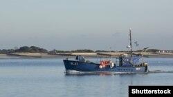 Hagyományos brit halászbárka tér vissza Chichester kikötőjébe
