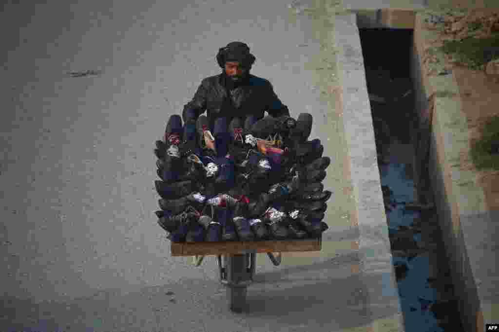 ფეხსაცმელებით მოვაჭრე ავღანეთის ქალაქ მაზარ-ი შარიფში. (AFP PHOTO/Farshad Usyan)