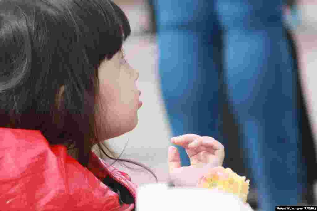 Девочка ест яблоко.