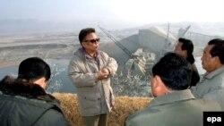 کیم جونگ ایل، رهبر کره شمالی، مدعی است که کره شمالی «بمب اتمی» دارد.