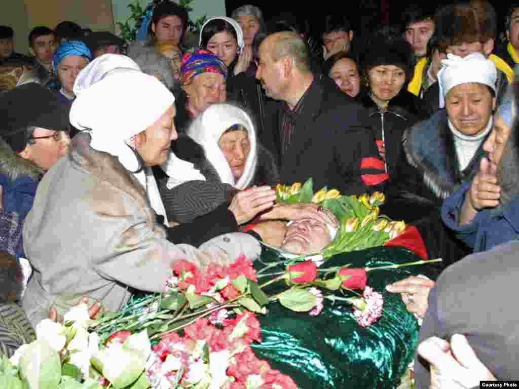 Алтынбек Сәрсенбайұлымен қоштасу рәсімі. Алматы, 15 ақпан 2006 жыл.