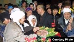 Родные и близкие прощаются с лидером оппозиции Алтынбеком Сарсенбаевым в день его похорон. Алматы, 15 февраля 2006 года.