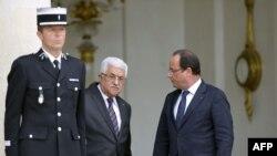 محمود عباس (وسط) در کنار فرانسوا اولاند