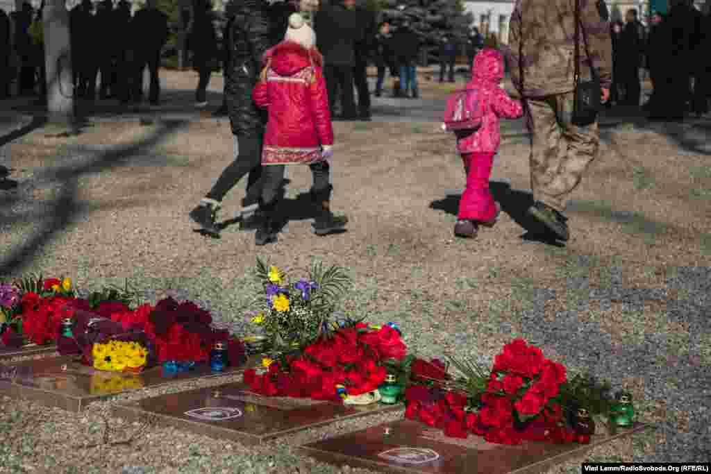 Біля меморіального каменю також знаходяться пам'ятні дошки бійцям загиблим на сході України