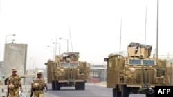 دورية بريطانية تحرس مطار البصرة عام 2008
